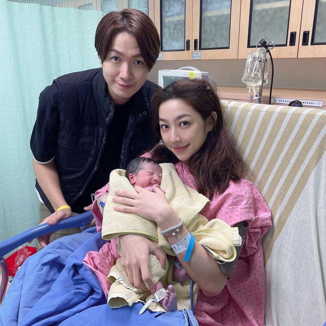 黃少谷(左)與老婆Yumi上月19日喜迎兒子阿mo。圖/摘自IG
