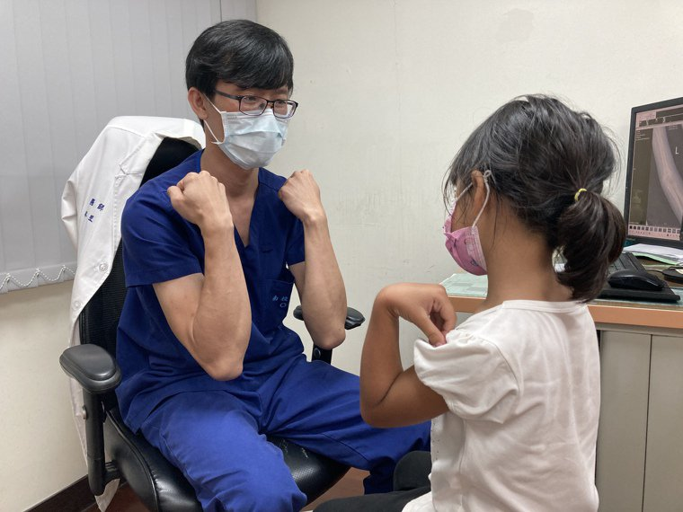 南投醫院骨科醫師林昱成看診照。圖/南投醫院提供