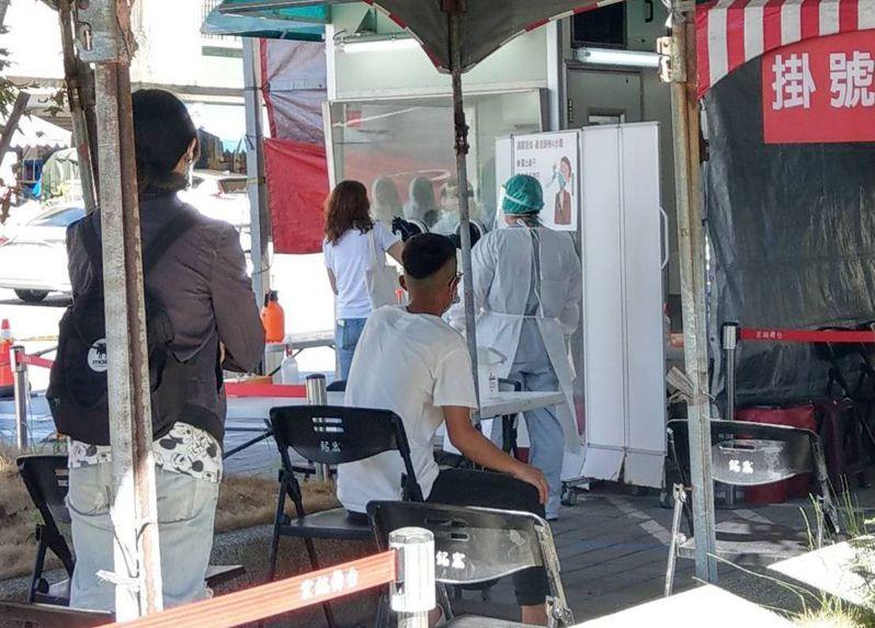 機師染疫及家人群聚確診後,中央流行疫情指揮中心狂發110萬封細胞簡訊,不少民眾收到簡訊莫名驚慌,湧入醫療機構篩檢。圖/宜蘭縣府提供