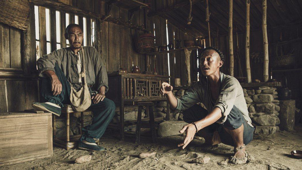 吳慷仁(右)在「斯卡羅」中蹲地為飾演保力頭人的夏靖庭分析琅𤩝態勢。圖/公視提供