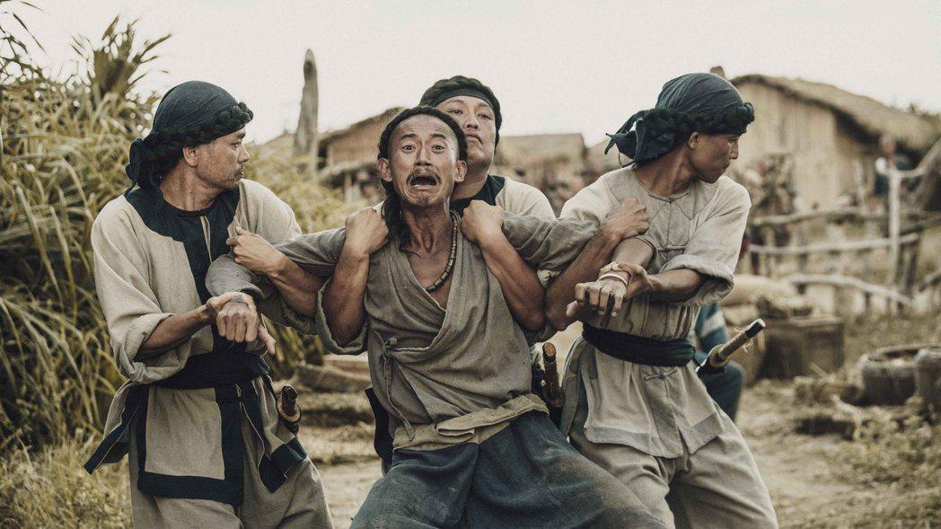 「斯卡羅」吳慷仁飾演卑微求生的社寮頭人水仔,命運游走在外人跟斯卡羅之間。圖/公視