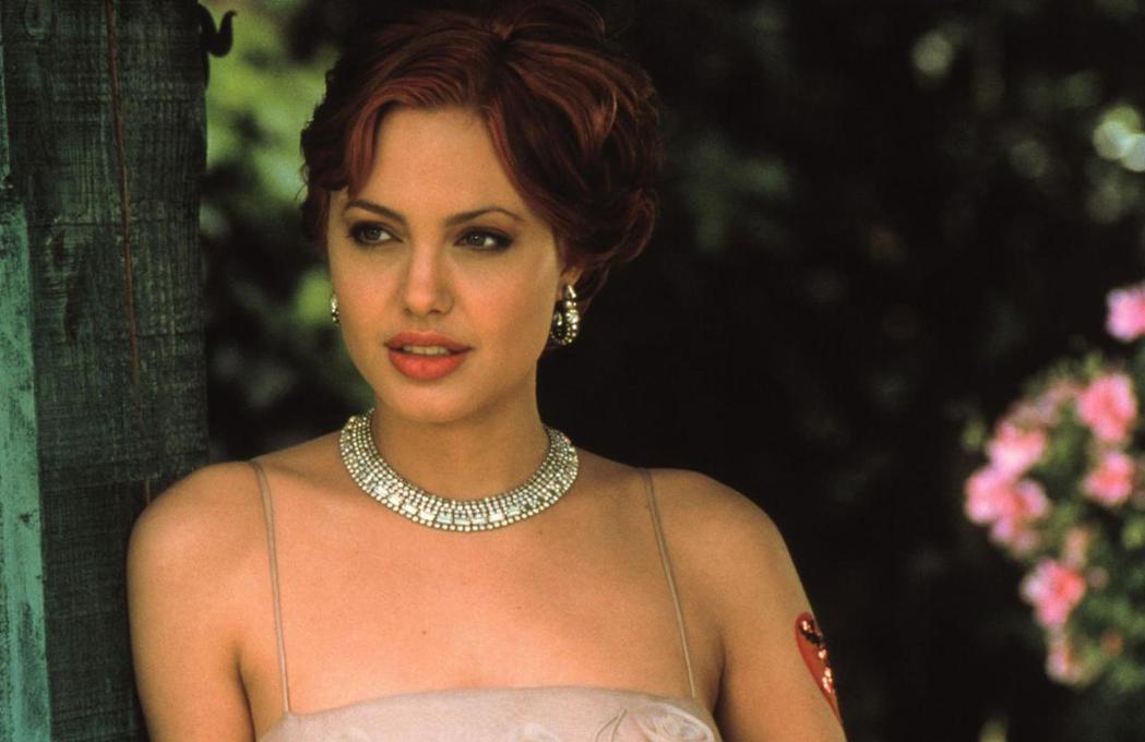 安琪莉娜裘莉21歲時演出「隨心所慾」就被重量級製片藉機毛手毛腳,留下很深陰影。圖...