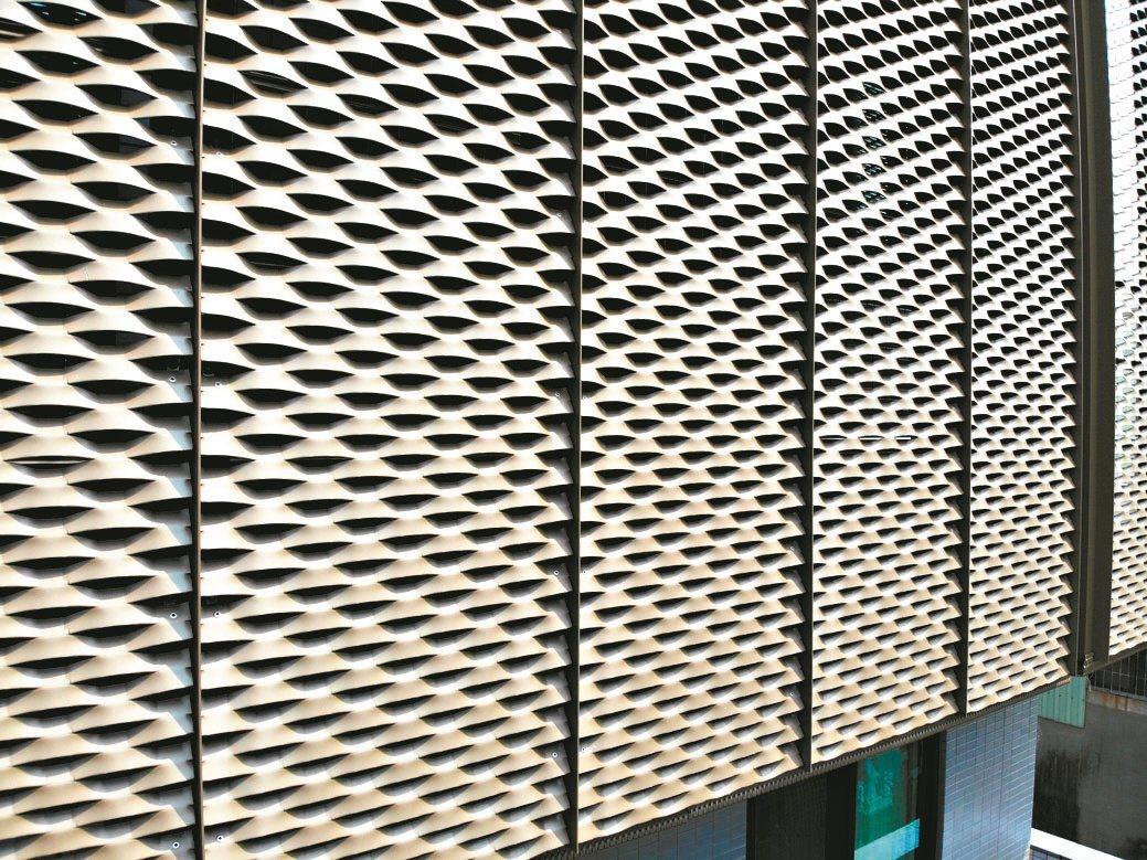 上鎧金屬擴張網、造型美觀、綠化節能,有效減少建築內部陽光輻射、降低溫度。上鎧/...