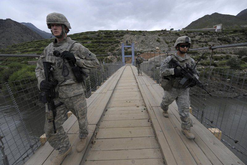 專家指出,如果美國在阿富汗沒有地面情資人員,之後將難以在當地進行反恐行動。兩名美軍2009年在阿富汗東北部庫納爾省尼沙干一座橋上巡邏。法新社