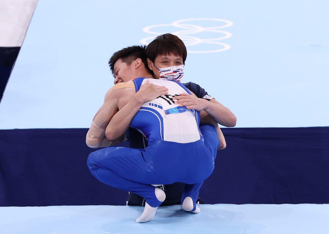 鞍馬一落地,李智凱就衝向擁抱教練林育信,兩人喜悅不言可喻。 照片提供/報系資料照