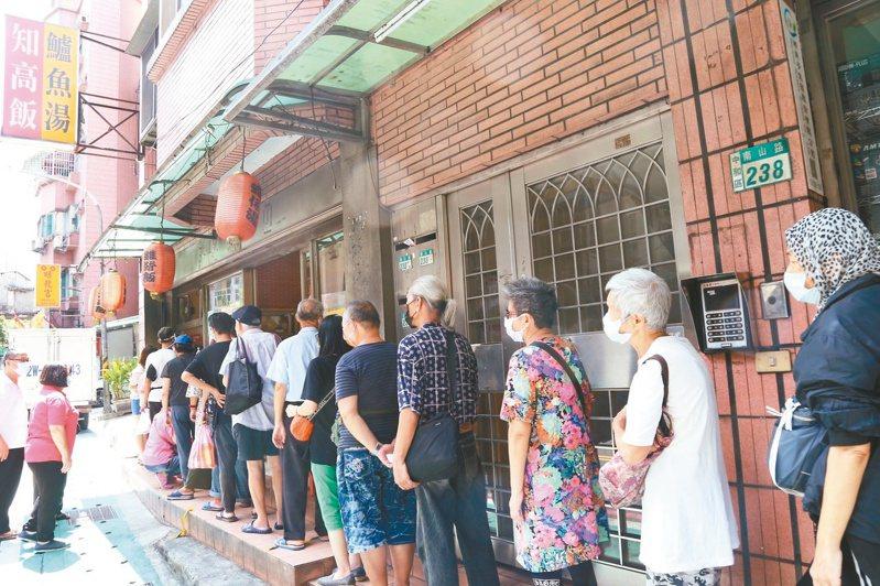 阿興滷肉飯每天提供200份待用餐,店外經常大排長龍,老闆對自己能為社會盡一份微薄之力也相當開心。 圖/中和區公所提供