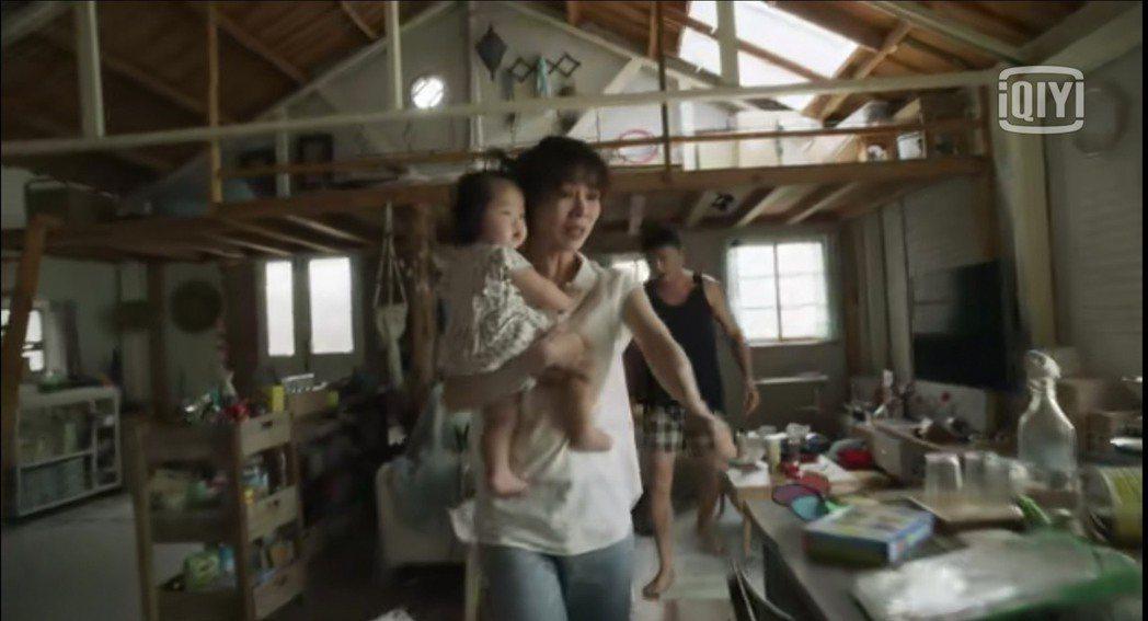 謝盈萱在「俗女2」中發現自己懷孕,想像未來帶孩子的混亂景象。圖/翻攝愛奇藝國際站