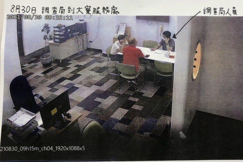此為林岱樺高雄市大寮服務處8月30日監視器畫面,紅衣為陳姓選民、左邊白衣為辦公室主任。記者林巧璉/攝影