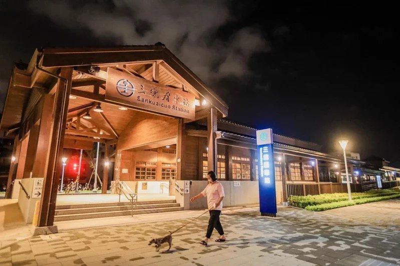 高雄鐵路地下化後,增添不少充滿特色的新車站,三塊厝站愈晚愈有味道。 圖/取自陳其...