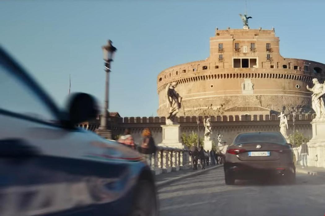 動作片少不了的飛車追逐。 摘自CarBuzz.com