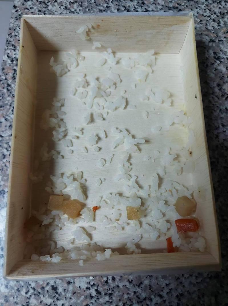 網友抱怨木製飯盒吃不乾淨飯粒。圖/取自臉書