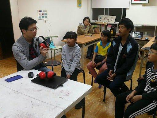 花蓮善牧的孩子和課輔老師一起討論PaGamO。 圖/PaGamO