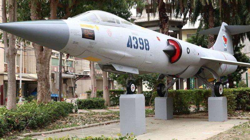 編號4398戰鬥機民國89年來到康樂公園,許多軍事迷特地造訪。