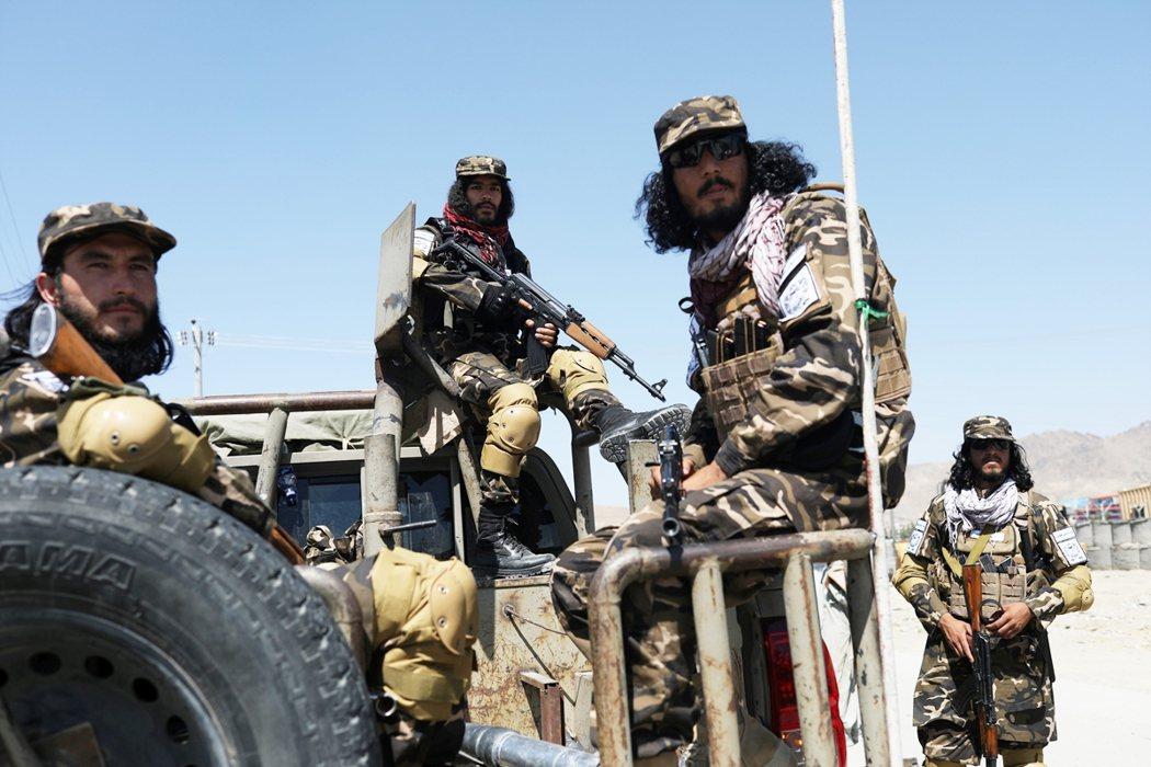 穿上阿富汗軍隊衣服、使用美軍武器的塔利班戰士。 圖/路透社