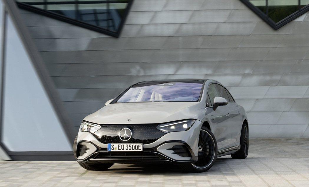 封閉式水箱護罩由Mercedes-Benz顯眼的廠徽和佈滿星形圖案的黑色底板所組...