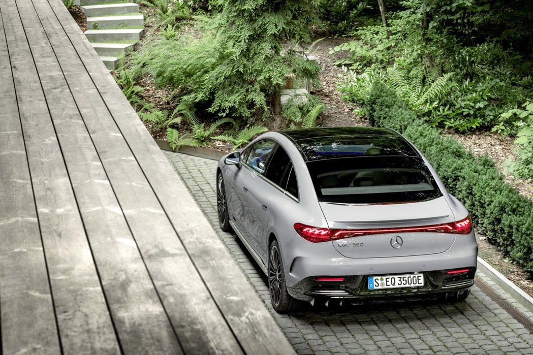 EQE車尾方面也採用EQ家族的大面積貫穿式LED尾燈。 摘自Mercedes