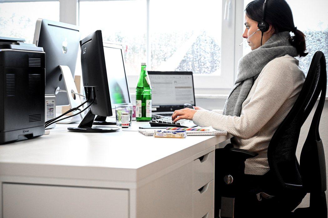 居家辦公期間員工權益最容易受損的情況主要是以下四種:工作時間難以界定、變相成為無償加班,被公司期待隨找隨在,家中工作設備不足,以及必需接受公司的數位監控。因此從雇員的立場出發,制定居家辦公的相關法規,將能夠保障員工權益,劃清工作界線。在家工作示意圖。 圖/歐新社