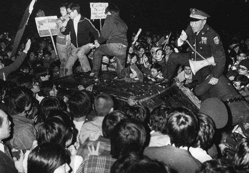 1978年12月27日民眾抗議美國與中國大陸建交,當美國代表團來台談判,座車被潮水般湧來的人群包圍。圖/聯合報系資料照片