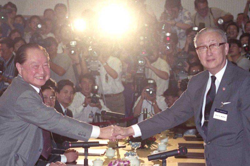 1993年,海基會董事長辜振甫(右)與海協會會長汪道涵(左)在新加坡舉行歷史性辜汪會談。 圖/聯合報系資料照片