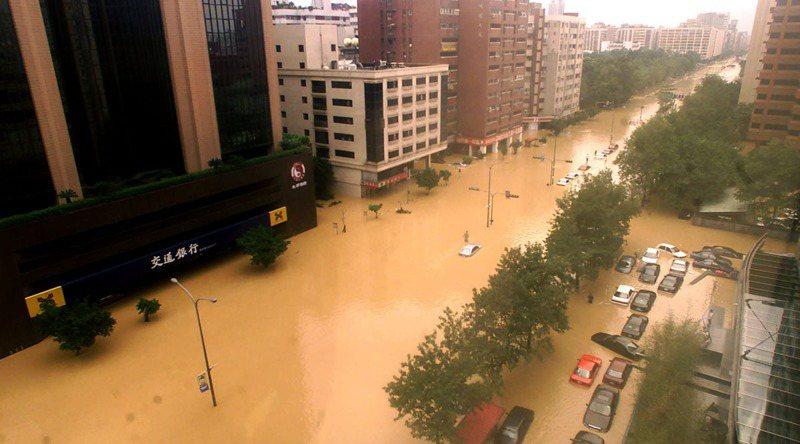 納莉颱風帶來驚人雨量重創台北市區,台北市街道汪洋一片。圖/聯合報系資料照片