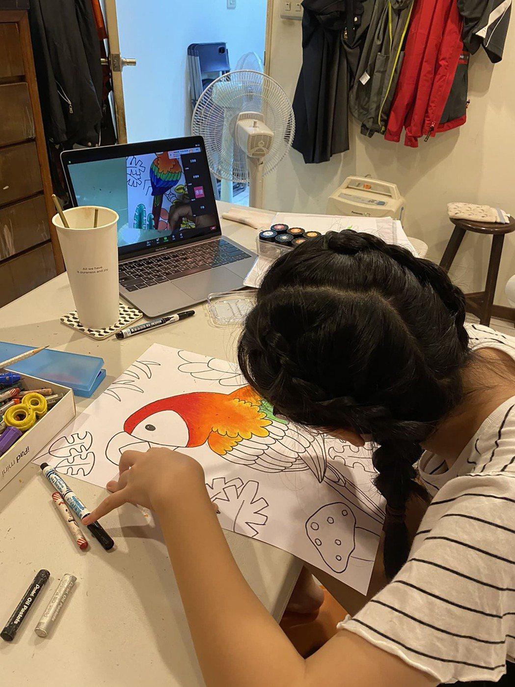 中華開發文教基金會延續人才培育計畫,推出線上親子美術課程,員工子女在家即可跟著老...