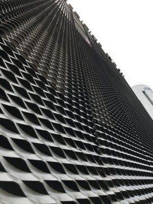 上鎧金屬擴張網、造型美觀、綠化節能,有效減少建築內部陽光輻射、降低溫度。 上鎧/...