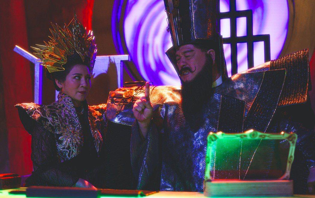 「國民爸爸」羅北安(右)與「國民岳母」王彩樺(左)在新型態歌仔戲電視劇「孟婆客棧