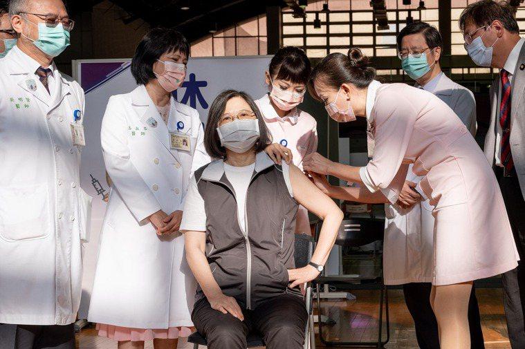 蔡英文總統之前赴台大醫學院體育館施打高端疫苗。圖/總統府提供