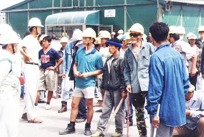1999年9月5日台塑六輕爆發菲律賓與泰國移工流血衝突,泰籍移工隔日再度持棍聚眾準備對抗菲籍移工,情勢一時緊張。圖/聯合報系資料照片
