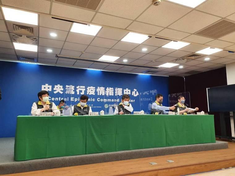 中央流行疫情指揮中心9月6日14時記者會出席名單,第一排由左到右中央流行疫情指揮...