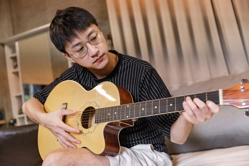 江宏傑看著影片學吉他,笨拙模樣全都露。圖/台視提供