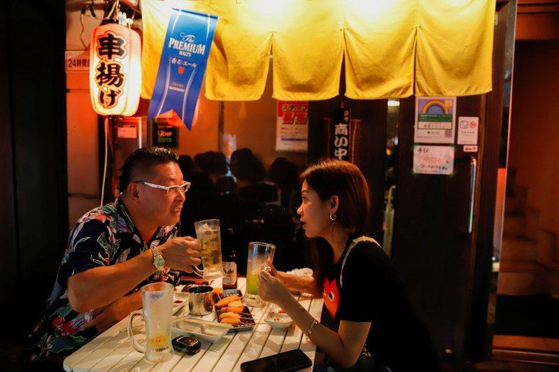 日本餐飲業者認為玻璃瓶能營造高級的氛圍,同桌客人相互斟酒還可增進人際關係。路透