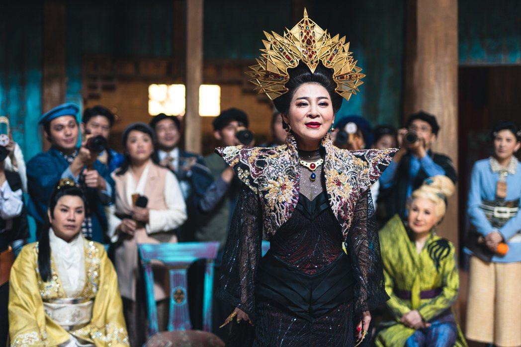 王彩樺飾演的閻羅王太太則身兼亡者們的愛情顧問。圖/公視台語台提供