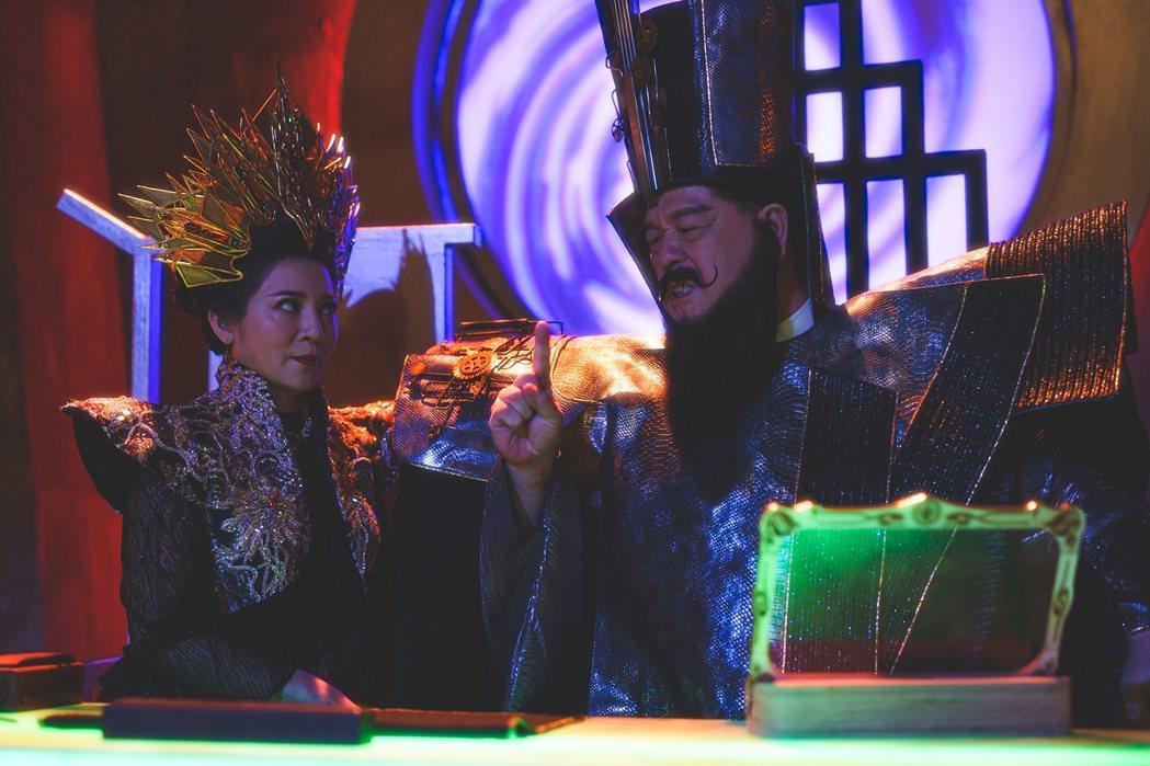 王彩樺(左)在「孟婆客棧」中與羅北安搭檔演出「閻羅王夫婦」。圖/公視台語台提供