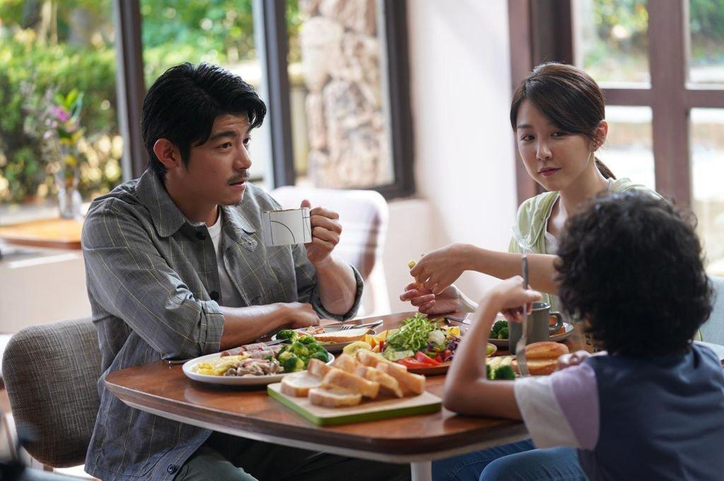 王柏傑(左)、邵雨薇在「比悲傷」故事中詮釋成熟愛情路線。圖/Netflix提供