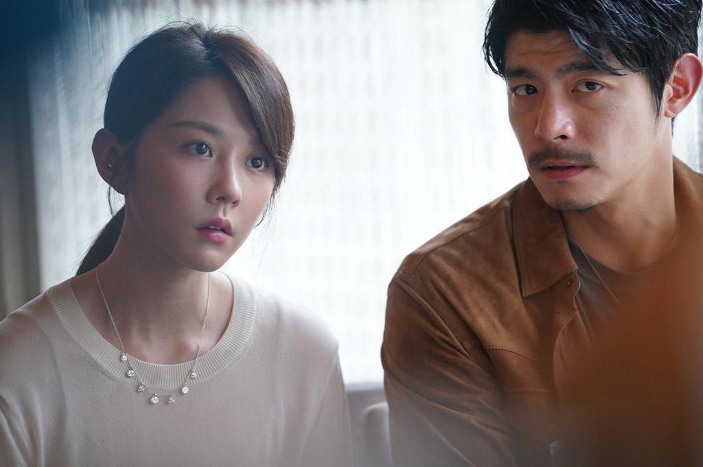 王柏傑(右)、邵雨薇在「比悲傷」中分飾主管與單親媽媽。圖/Netflix提供