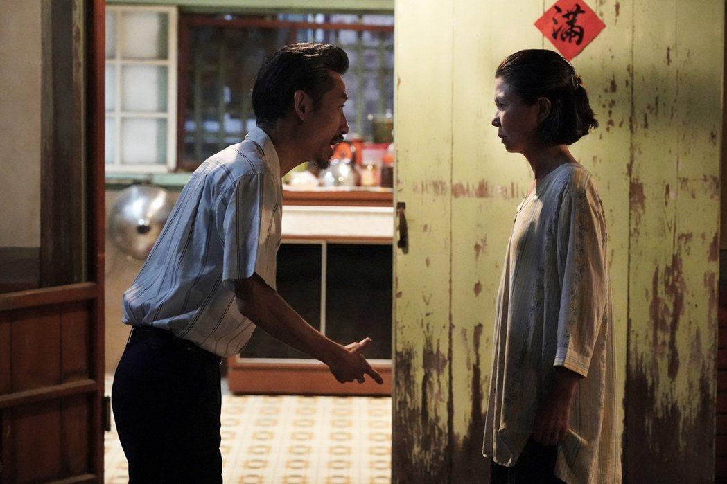 陳竹昇(左)、于子育在「俗女2」中,嘉玲爸媽吵架。圖/華視、CATCHPLAY提...