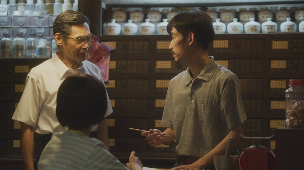 陳竹昇(右)在「俗女2」中準備為勇伯寫藥懺,夏靖庭接手。圖/華視、CATCHPL...