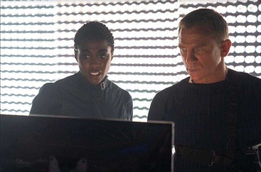 拉莎娜林區(左)與丹尼爾克雷格分飾兩任007探員。圖/UIP提供