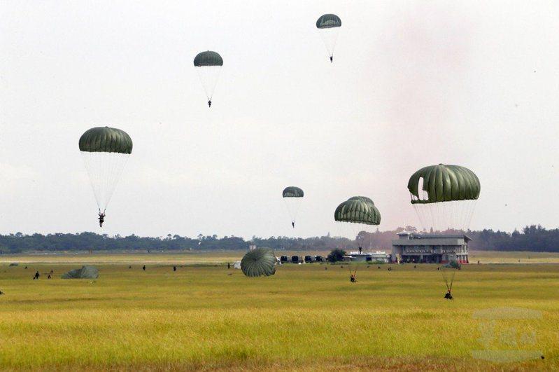 陸軍航特部研議更換傘兵部隊的人員降落傘,圖為目前傘訓使用的T-10B系列人員傘。圖/軍聞社