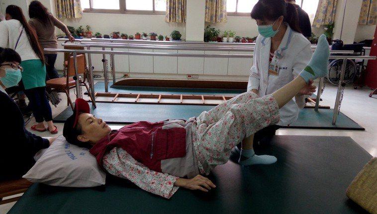 沈琴惠3年前突確診泛視神經脊髓炎,一病臥床三個月不起。圖/沈琴惠提供