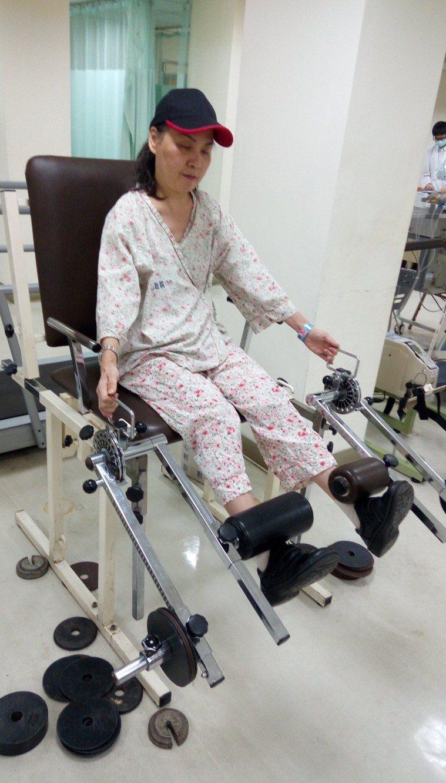 沈琴惠每周進行兩次復健,以維持肌力,避免退化。圖/沈琴惠提供