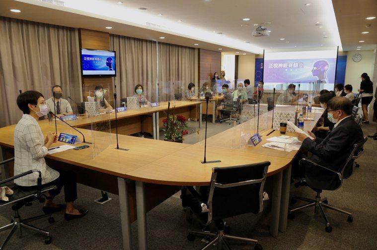 泛視神經脊髓炎專家會議於八月卅一日舉行,聯合報副總編輯洪淑惠(左)表示,期盼透過...