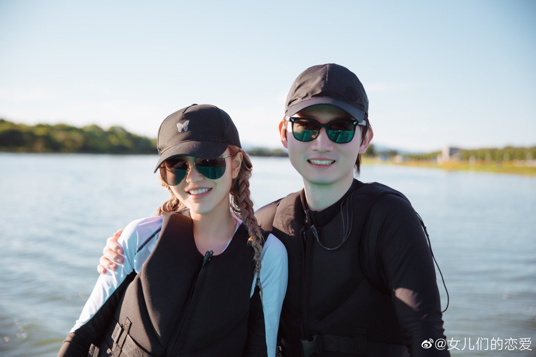 周揚青(左)與「好利來」執行總裁羅昊在「女兒們的戀愛4」約會、交往。圖/摘自微博