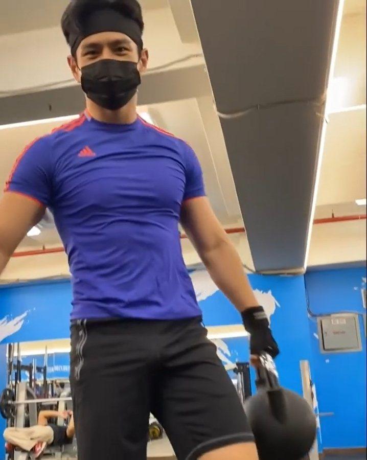祖雄分享健身影片,出現下半身激凸畫面。 圖/擷自祖雄IG