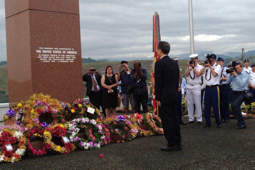 本書作者羅添宏大使在瓜島登陸75週年紀念活動中,代表中華民國向瓜島之役陣亡盟軍官兵獻花致敬。  圖/羅添宏提供