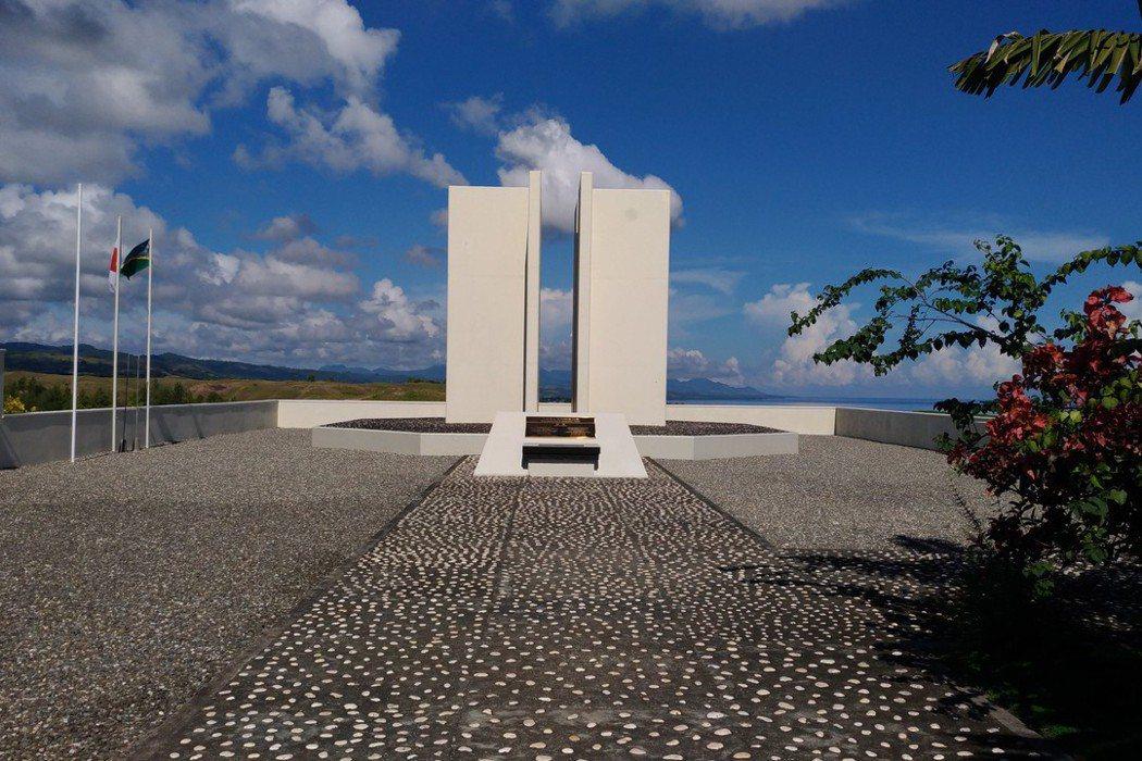 日軍紀念碑是四面矗立的白色石柱。 圖/羅添宏提供