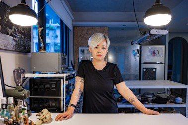 陳小曼從建築設計走向食物設計之路,但內在的建築魂始終未離身,這幾年,她做的事與身份很多元,但萬變不離其宗,做的都是各種面向的「設計」。圖/沈昱嘉攝影