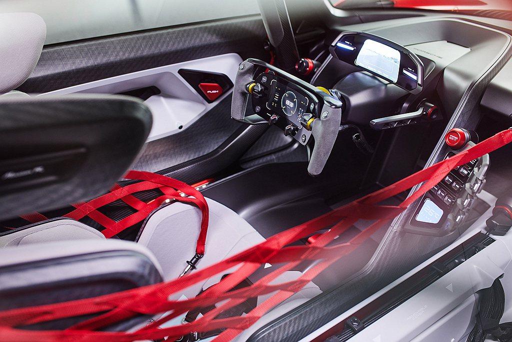 保時捷Mission R概念車以駕駛作為導向,於方向盤中的控制按鍵中設置了符合人...