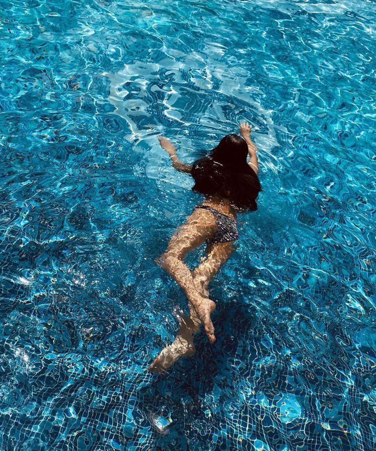 孫芸芸日前曬出游泳的畫面,露出曼妙的曲線。圖/取自IG